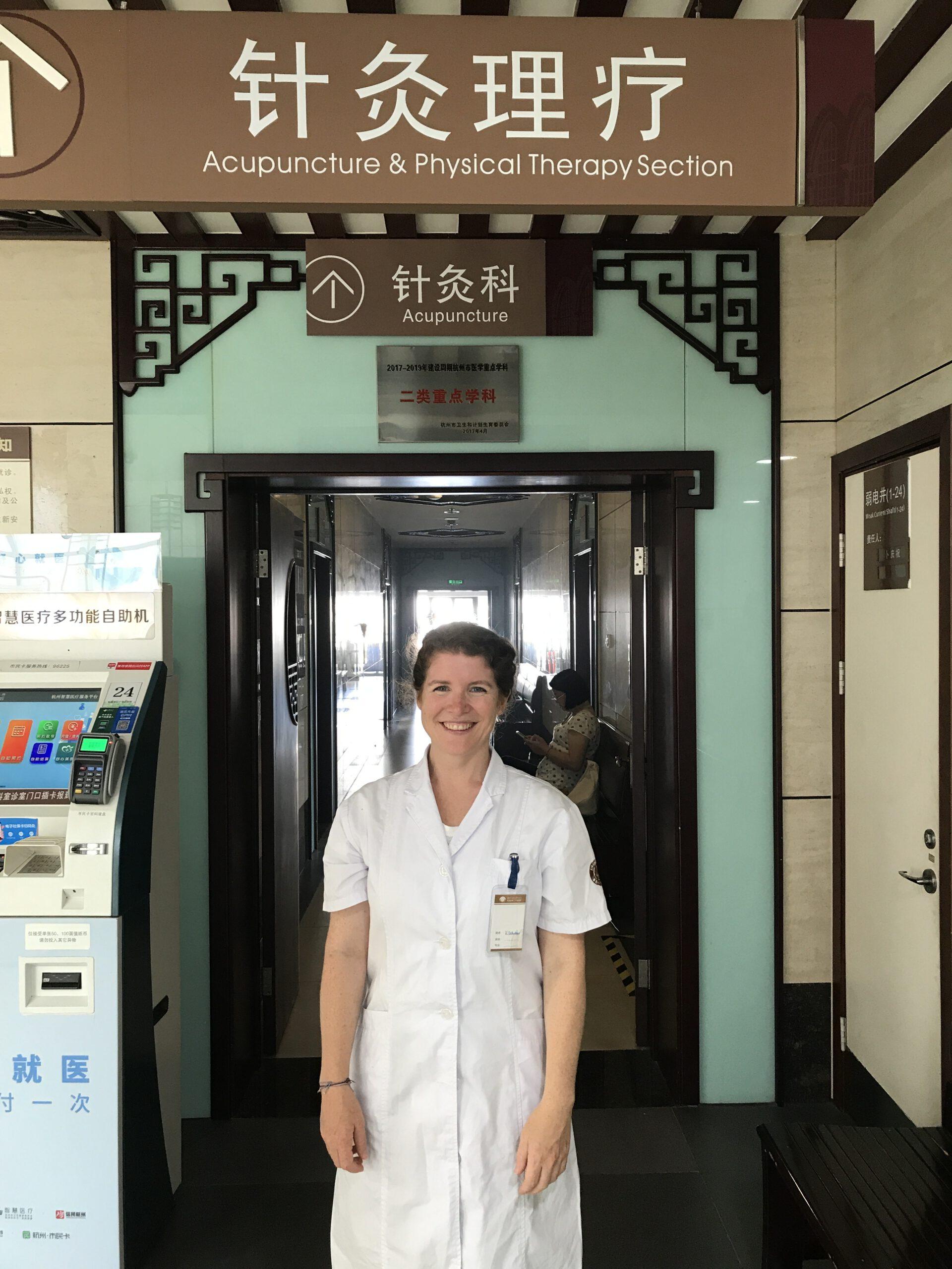HP Kathrin Schneider vor Eingang der TCM Abteilung im RCH